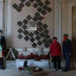 Foto della posa delle rose al cimitero di Udine il 24 aprile 2021
